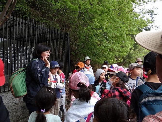 校長先生から子供達に才ヶ原池の歴史、地域とのつながりを、お話していただく。