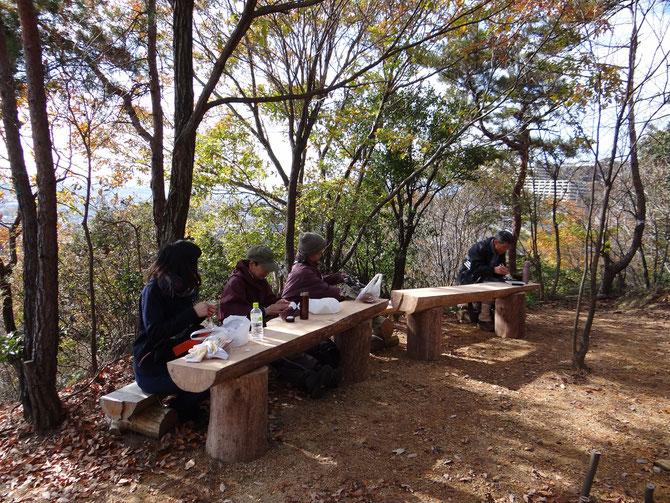 11月の活動で作ったテーブル兼大人用イス、昼食のテーブルに役立っています。、もう少し太陽があたると暖かいのに、目一杯着込んで昼食です。