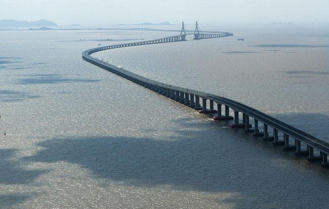 Le viaduc de Donghai serpente sur 30 km à travers la mer de Chine pour relier Shanghai à son port en eau profonde de Yangshan.