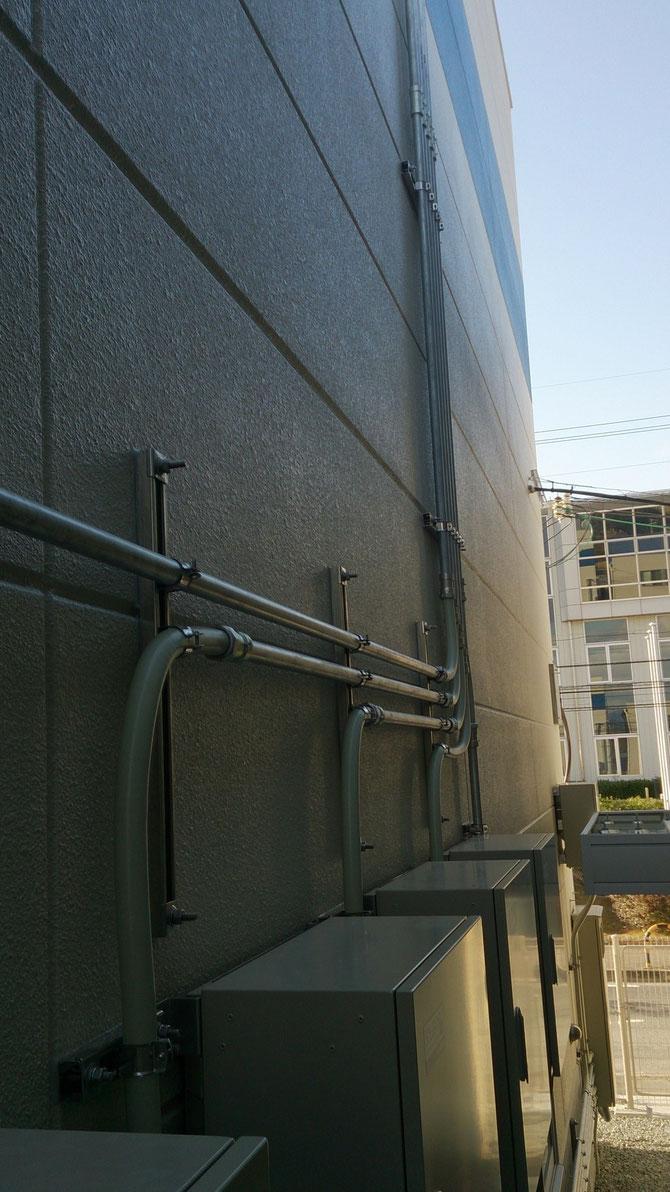 電機配管工事 太陽光パネルからパワーコンへの電機配線工事です。