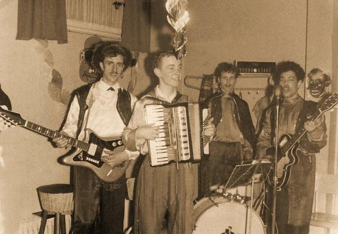 Van links naar rechts  Jan Lutgens -  solo guitar .  Andre Wetzler - accordeon .  Herman Lankhorst - drums .  Ger Brunneberg - rythm-guitar.