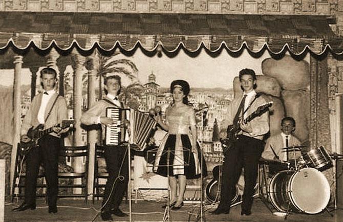 v.l.n.r.  Gerry Föster (bas), Henk Bruisten (accordeon), Toosje Claessen (zang, Joh Polmans (gitaar) en Hans van Helden (drums) tijdens een van hun optredens op Huize St Joep.