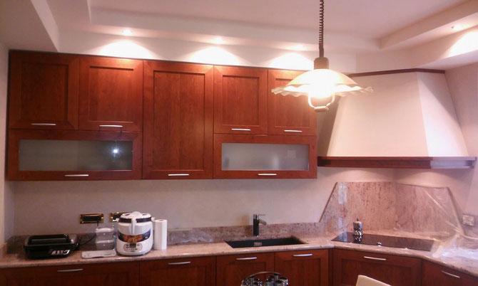 Veletta in cartongesso a soffitto con realizzazione di doppio scalino e chiusura cappa sagomata e predisposizione di fori per successivo inserimento elementi di illuminazione.