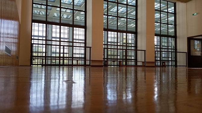 Die Yoga Kurse finden in der schönen lichtdurchfluteten Gymnastikhalle im 1 OG  statt