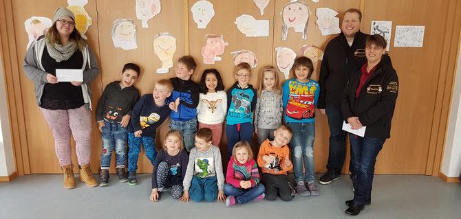 Links: Kindergartenleiterin Frau Stelzig, mittig: Kindergartengruppe, recht: Tobias Trapp & Marion Höfer der MKV