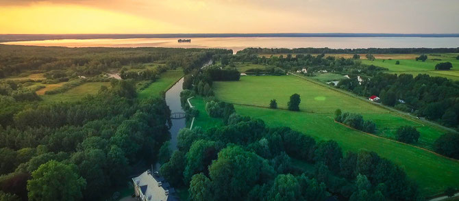 Hagenburger Schloß, Hagenburger Kanal, Steinhuder Meer mit Insel Wilhelmstein. Multicopteraufnahme von www.PhoeniXworX.de