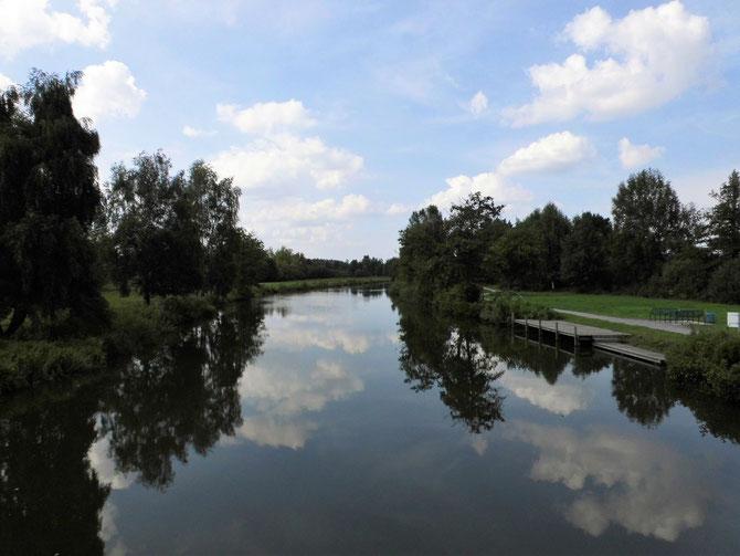 Hagenburger Kanal vor dem Schloß mit Bootsanleger