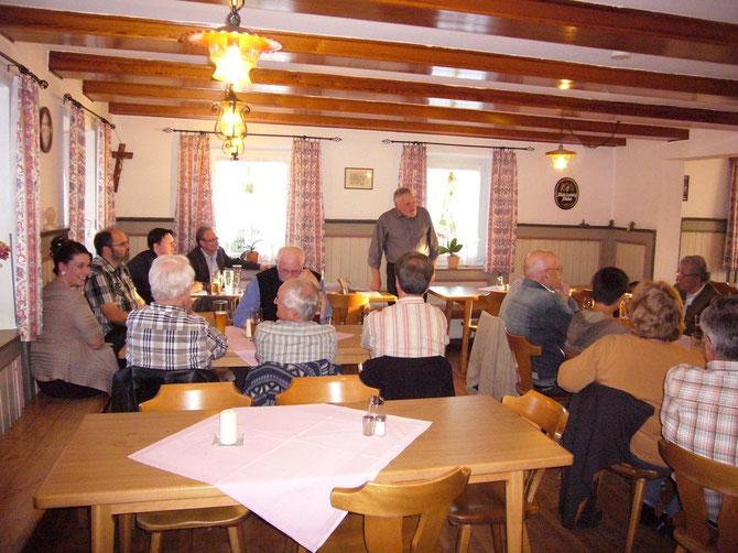 Der Initiator der Vereinsgründung Franz Wildegger, stellt den anwesenden Gründungs-Mitgliedern und Interessenten sein Konzept vor.