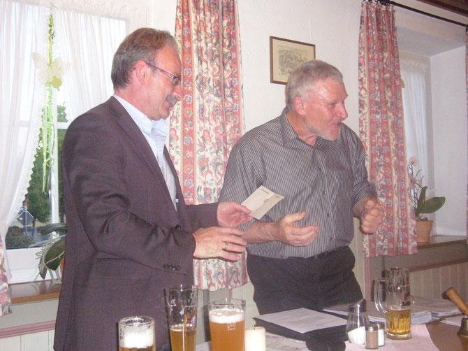 Den ersten Samen in die noch leere Vereinskasse überbringt Bürgermeister Manfred Nerlinger dem nun 33. Verein in der Dorfgemeinschaft von Wehringen.