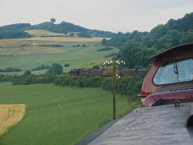 Blick von den führenden Dieselloks auf die 52 am Zugschluss - Foto: Georg Lochner