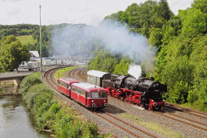 Parallelfahrt mit 52 6106 und dem planmäßigen Schienenbus nach Ulmen in Pelm - Foto: Jörg Petry