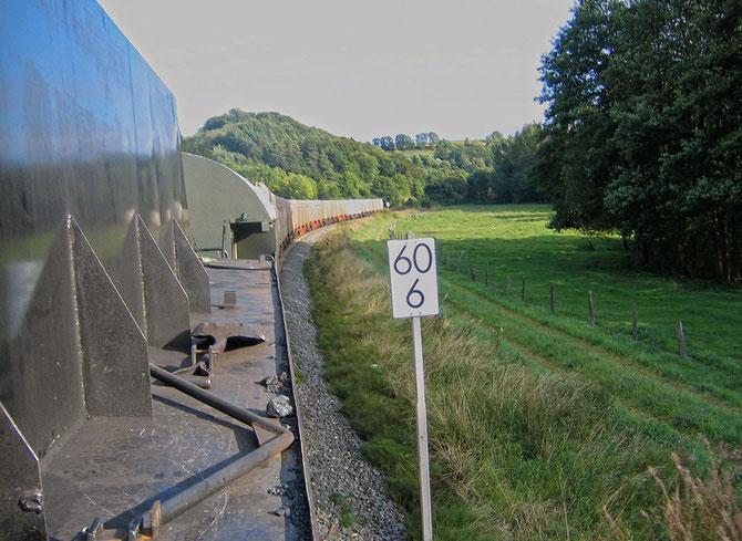 """Blick auf die """"lange Leine"""" am Zughaken der 52 6106, aufgenommen im Rosenthal bei Nettersheim - Foto: Martin Hostert"""