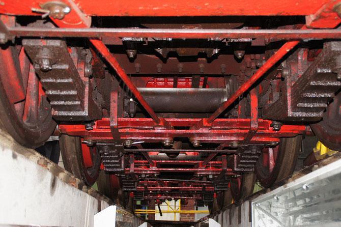 Ungewöhnliche Perspektive aus der Untersuchungsgrube auf das Fahrwerk der 52 6106 mit dem wieder montierten Bremsgestänge