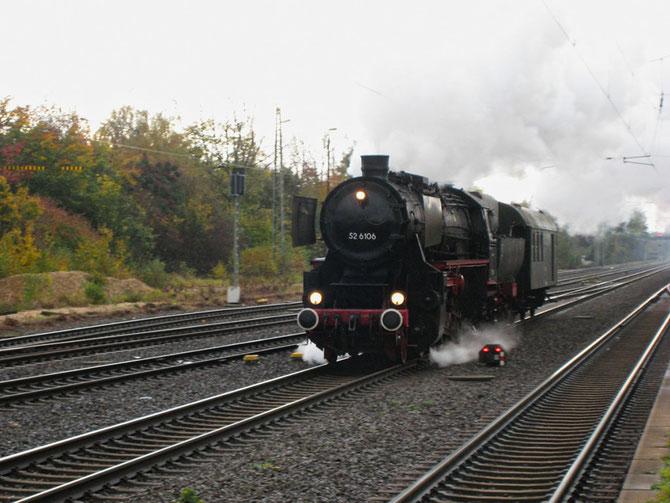 Auf dem Weg nach Euskirchen durcheilt die 52 mit ihrem Begleitwagen am Nachmittag den Dormagener Bahnhof - Foto: Robert Hildebrand