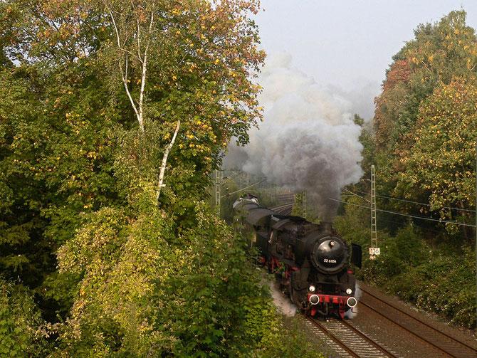 Am Morgen des 20.09. ist 52 6106 mit dem Pendelzug und 212 007 am Zugschluss bei Essen-Steele unterwegs - Foto: Ulrich Berensmeier