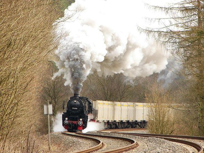 Mit gewaltiger Geräuschkulisse beschleunigt die 52 die 27 Wagen nach einer Langsamfahrstelle vor Kordel - Foto: Georg Lochner