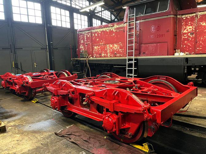 Tender-Drehgestelle in der Aufarbeitung, im Hintergrund V100 2091 der VEB ebenfalls in Arbeit