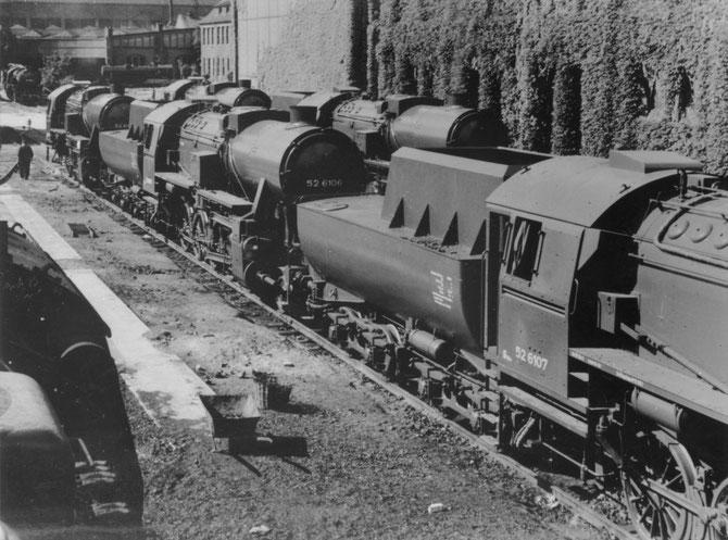 52 6106 zusammen mit weiteren fabrikneuen Loks auf dem BMAG-Werkshof in Berlin-Wildau im August 1943 - Foto: Autor unbekannt