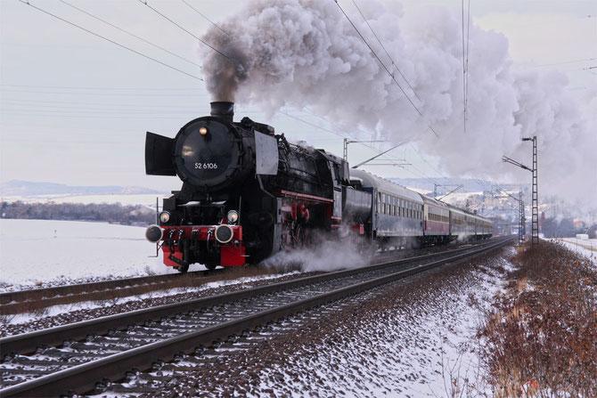 Am Vormittag ist 52 6106 bei Andernach unter Volldampf auf dem Weg nach Koblenz - Foto: Rüdiger Balhar