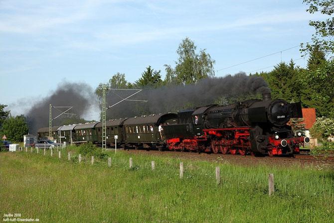 Bei Natrup-Hagen legt sich die 52 mit dem Charterzug fotogen in die Kurve - Foto: Jürgen Brockamp