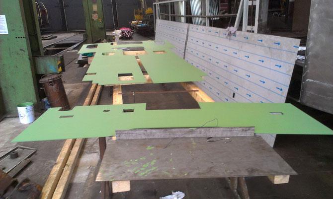 Neu angefertigte Bleche des Führerhausbodens nach der Grundierung am 06.04. im Bw Gerolstein - Foto: Martin Hostert