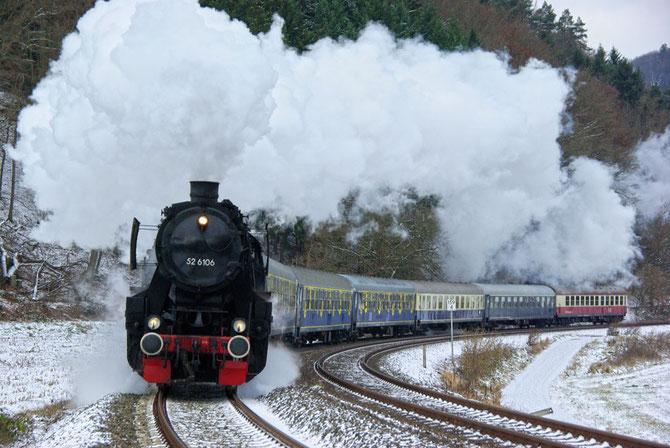 Winterdampf pur auf der Eifelstrecke bei Kordel, die Aufnahme lässt nichts von den Schwierigkeiten dieser Fahrt vermuten - Foto: Achim Müller