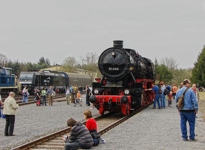 Auf der Fahrzeugausstellung im Bahnhof Ulmen ist 52 6106 erstmals wieder von Schaulustigen umringt - Foto: Georg Lochner