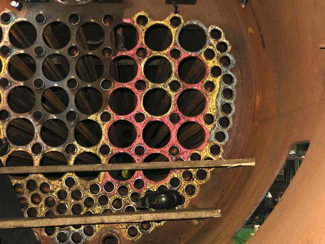 Rohrwand auf der Rauchkammerseite des Kessels mit den 126 eingewalzten Heizrohren
