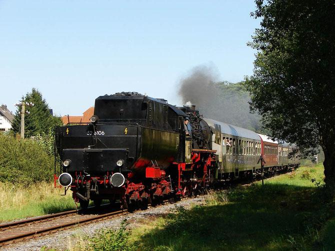 """""""Wanne voraus"""" ist 52 6106 am 19.08.2009 mit dem Zwischenpendel bei Darscheid auf dem Weg nach Daun  - Foto: Georg Lochner"""