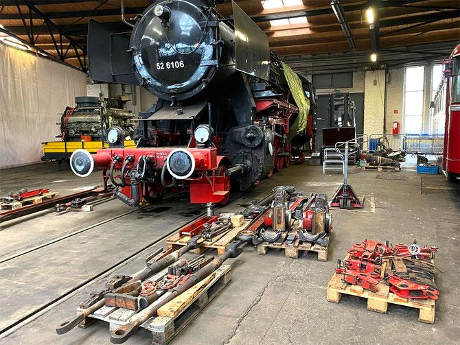 Vom Tender getrennt zeigt sich 52 6106 im teilzerlegten Zustand, im Vordergrund u.a. abgebaute Stangen und Teile der Bremsausrüstung