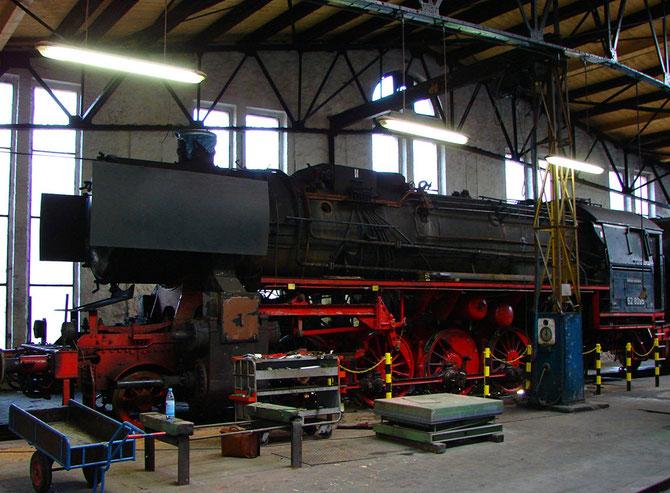 Die noch als 52 8095 bezeichnete Lok zu Beginn der Aufarbeitung am 03.03.2007 im Bw Gerolstein - Foto: Georg Lochner