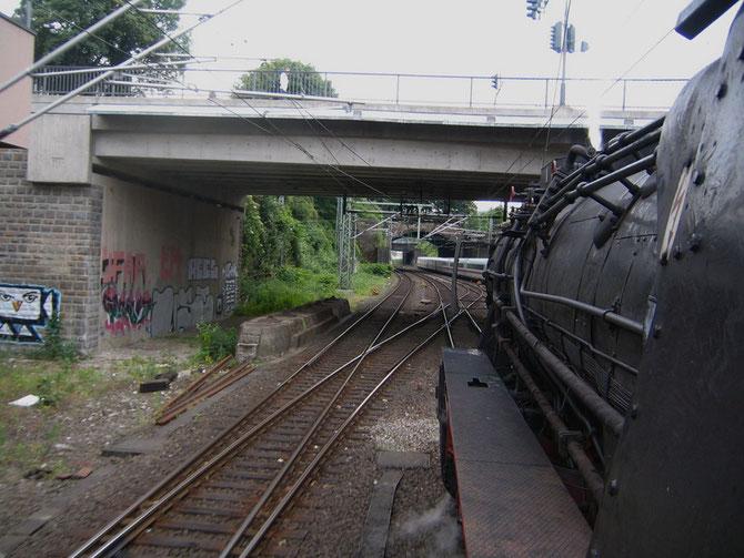 Stadtbahnflair in Wuppertal, rechts überholt ein ICE den Überführungszug - Foto: Martin Hostert