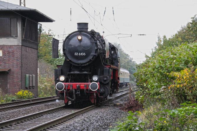 Mit dem zweiten Zug des Tages wechselt 52 6106 am Abzw. Tiefenbroich auf die Angertalbahn nach Flandersbach - Foto: Bernd Bastisch