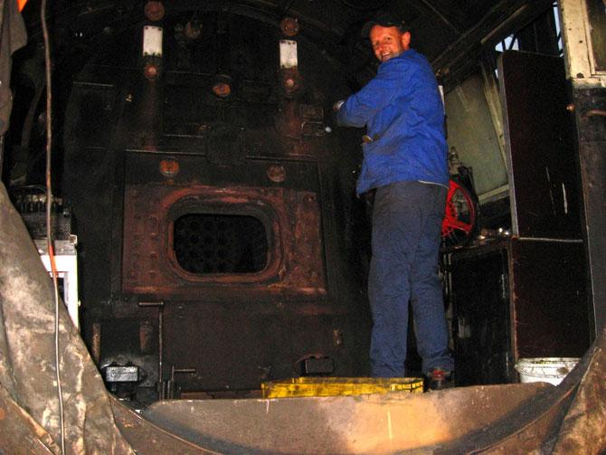 Demontagearbeiten im Führerstand, die Feuertür wurde bereits ausgebaut - Foto: Wolfgang Schneider