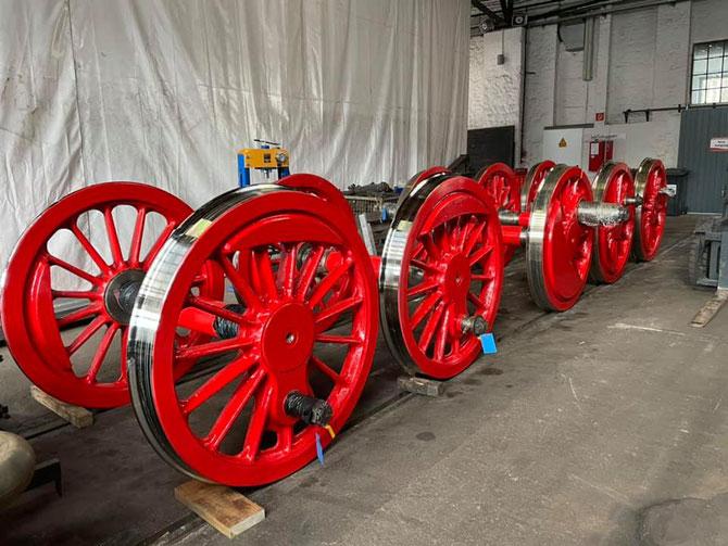 Die angelieferten Kuppelradsätze strahlen in Silber und Rot
