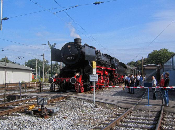 52 6106 wartet mit dem Dahlhausener Museumszug am improvisierten Bahnsteig in Gladbeck West auf neue Fahrgäste - Foto: Martin Hostert