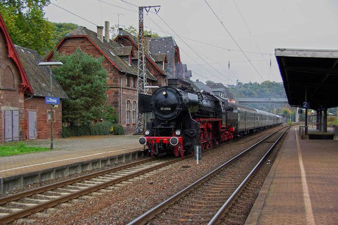 Kurz vor dem Fahrtziel, eilt 52 6106 mit ihrem Zug ohne Kraftanstrenung durch den Trierer Ortsteil Ehrang - Foto: Achim Müller