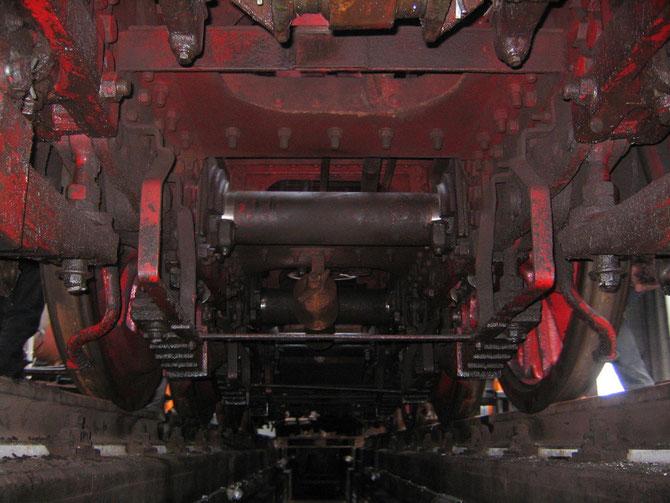 Seltene Perspektive auf das Fahrwerk während der Demontagearbeiten des Bremsgestänges - Foto: Martin Hostert