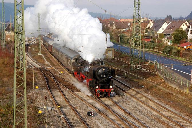 Mit einer prächtigen Dampffahne verlässt 52 6106 am Vormittag Oberlahnstein in Richtung Rüdesheim - Foto: Gerd Tierbach