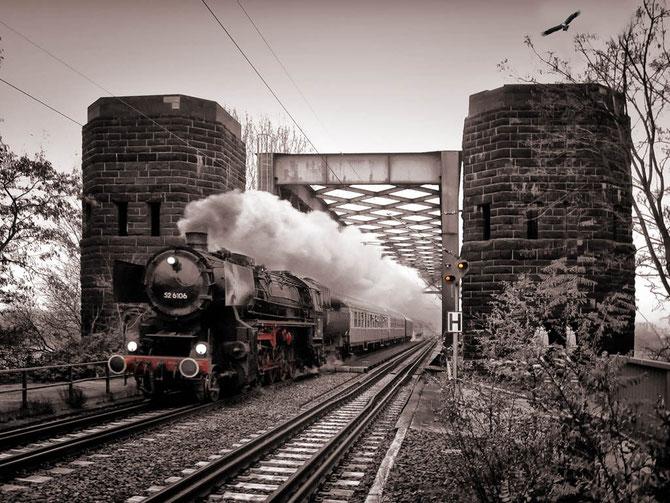 Aus Neuwied kommend hat die 52 mit ihrem Zug soeben die Rheinbrücke mit ihren mächtigen Brückentürmen passiert - Foto: Jonas Harraß