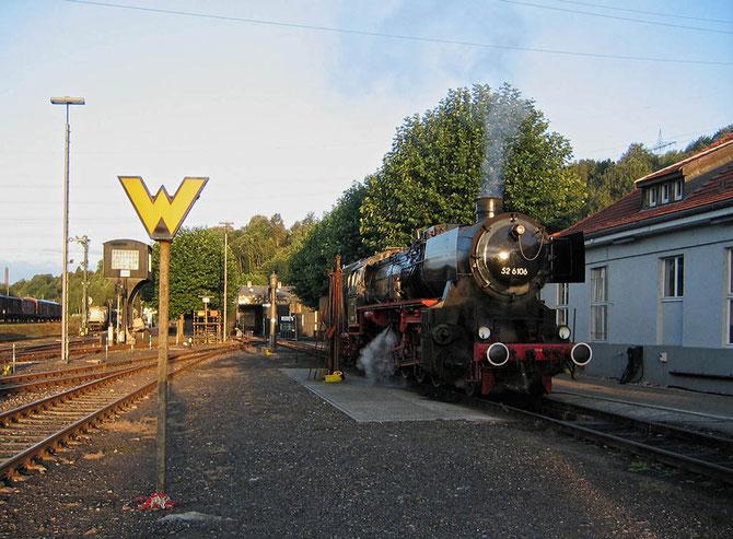Vor Fahrtantritt sonnt sich die Lok in der Dahlhausener Morgensonne - Foto: Martin Hostert