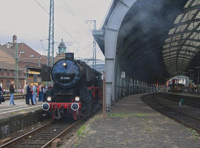 52 6106 wartet am 07.09.2008 neben der Hagener Bahnhofshalle auf die Abfahrt in Richtung Bochum - Foto: Martin Hostert