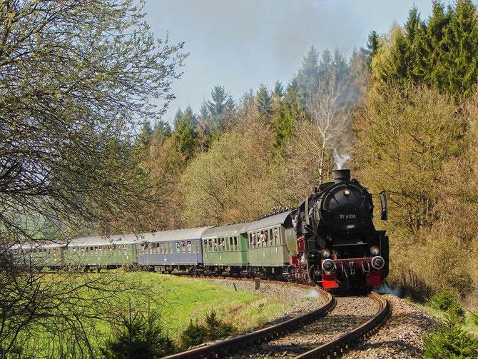 Mit dem stilechten Bundesbahnschnellzug der UEF am Haken, ist die 52 bei Betteldorf unterwegs in Richtung Daun - Foto: Georg Lochner