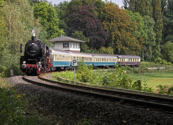 Mit der ersten Rückleistung von Flandersbach nach Ratingen Ost, rollt 52 6106 am ehemaligen Abzw. Anger vorbei - Foto: Bernd Bastisch