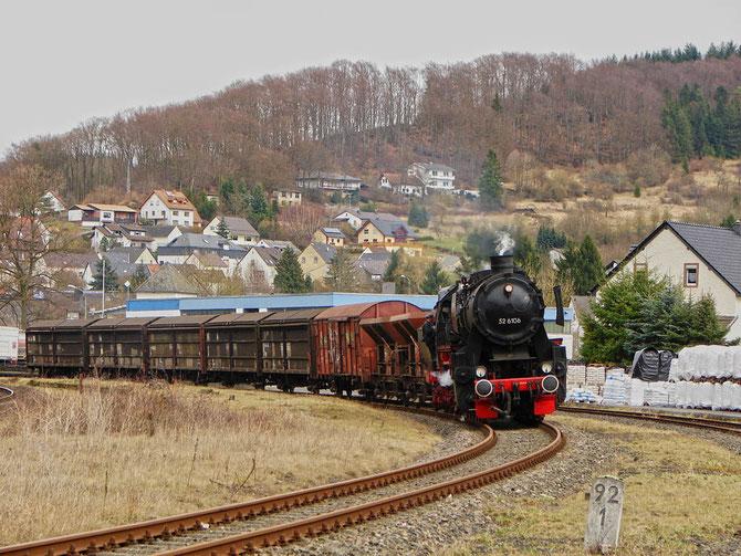 52 6106 legt sich mit dem fotogenen Zug in Pelm in die Kurve, die neuen Bahnräumer verleihen der Lok ein bulligeres Aussehen - Foto: Georg Lochner