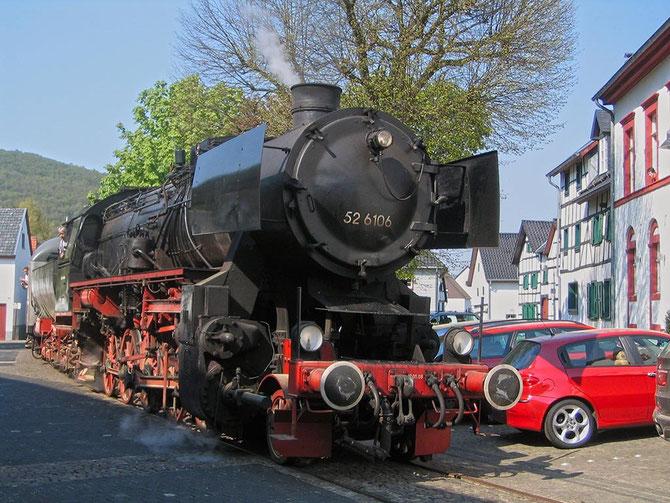 Zwischen Häusern hindurch und an parkenden Autos vorbei, zwängt sich der Zug über den Dorfplatz in Olef - Foto: Martin Hostert
