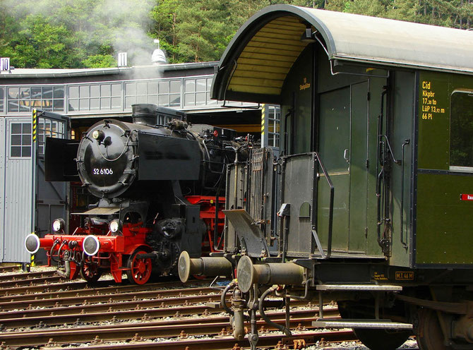 Vorbereitungen für die zweite Lastprobefahrt, im Vordergrund einer der sieben Wagen des Museums-Eisenbahn-Clubs Losheim - Foto: Georg Lochner