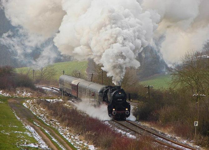 Mit dem ersten Zug nach Daun befindet sich die Lok gerade in der Steigung bei Rockeskyll - Foto: Georg Lochner