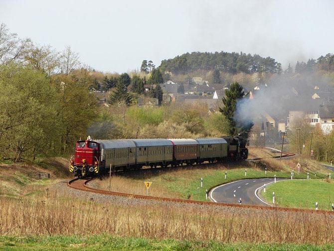 V 60 1184 führt den ersten Zug nach Kaisersesch, hier kurz hinter Ulmen - Foto: Georg Lochner