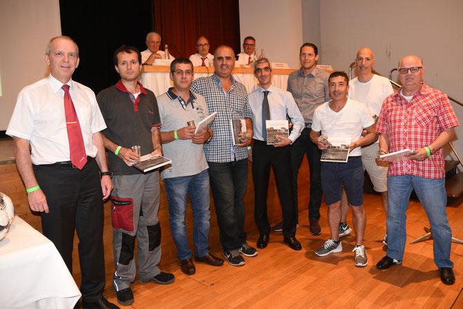 ASCSH-Schiedsrichter Piero Vecchioli (Zweiter von rechts) wird mit anderen Schiedsrichtern zusammen für 20 Jahre Aktivität als 23. Mann auf dem Feld geehrt.